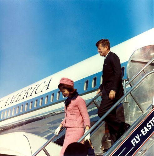 JFK e Jackie scendono dall'aereo a Dallas
