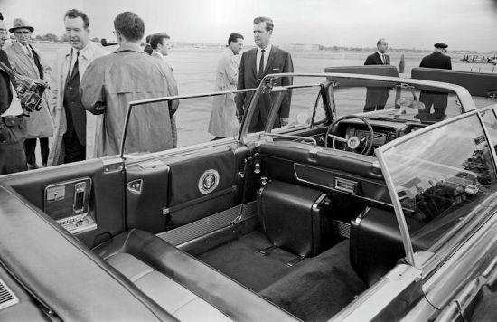 La limousine presidenziale aspetta sulla pista di atterraggio