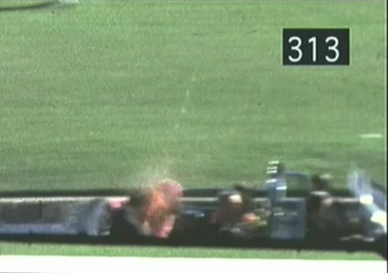 Il fotogramma 313 del breve filmato di Abraham Zapruder coglie il momento cruciale